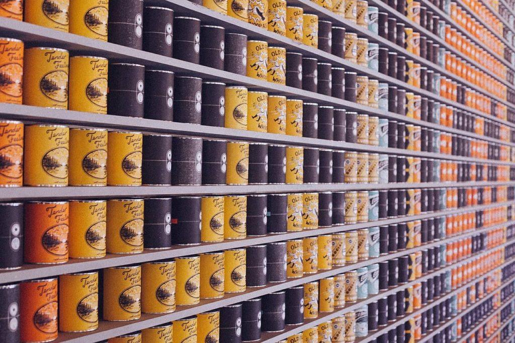butikshylla med många burkar